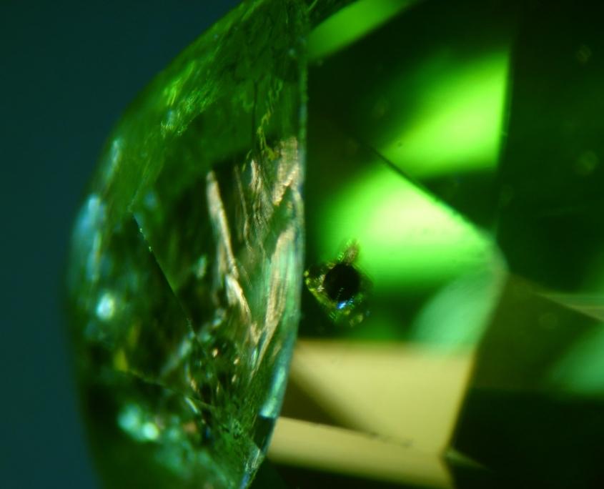 les inclusions dans les pierres précieuses : péridot et cristal de chromite en inclusion