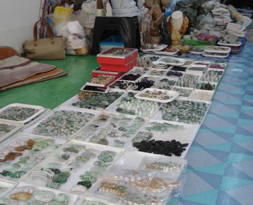 Jade et autres pierres de toutes les qualités.