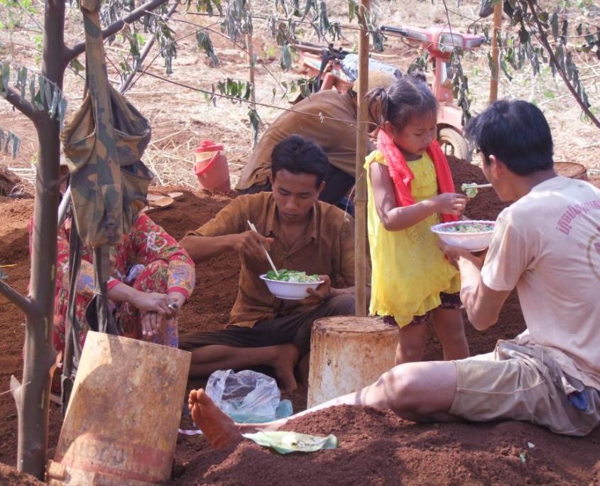 La pause déjeuner des mineurs du Ratanakiri