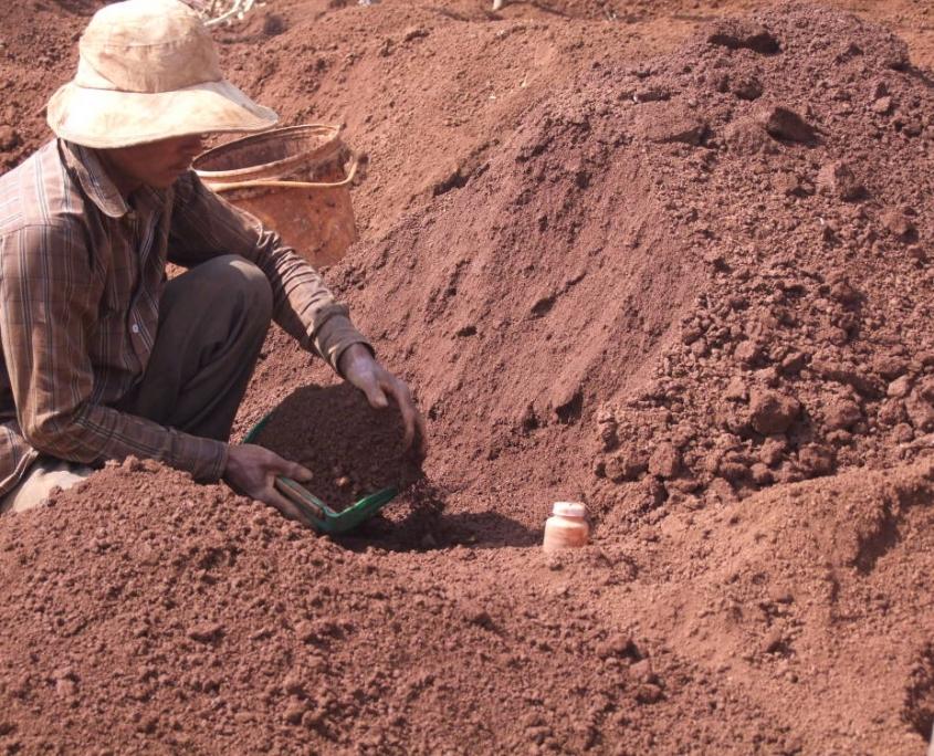 tamisage de la terre à la recherche de gemmes